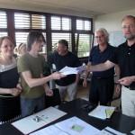 Übergabe von 122 unterschriebenen Einwendungsbriefen an den Direktor der Stadtentwicklung für Linz, Gunter Amesberger.